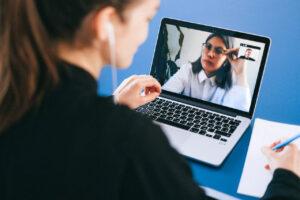 Recrutadora realiza uma entrevista de emprego online com uma candidata (Imagem: Pexels)