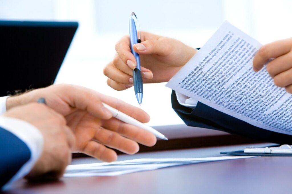 Recrutador analisa um currículo que chama atenção junto ao candidato